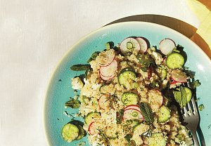 Salát z quinoy s ředkvičkami a koprem