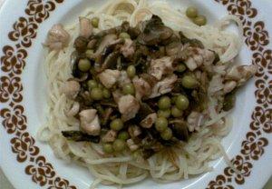 Špagety s kuřecím masem, žampiony a hráškem