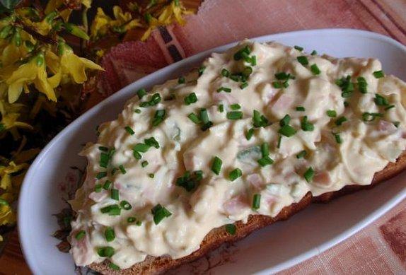 Jednoduchá vajíčková pomazánka (salát) s okurkou