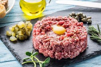 Recept na domácí tatarák či tatarský biftek – postup přípravy, suroviny a více variant receptu