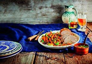 Kořeněná vepřová pečeně s glazovanou zeleninou