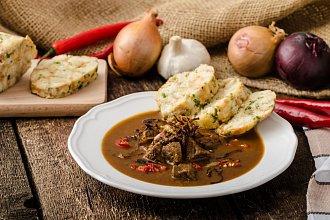 Recept na karlovarský knedlík – postup přípravy, suroviny a více variant receptu