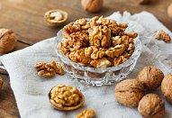 Nadýchaný perník s ořechy a citrónovou polevou
