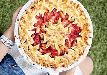 Tip na víkend: Jahodovo-rebarborový koláč