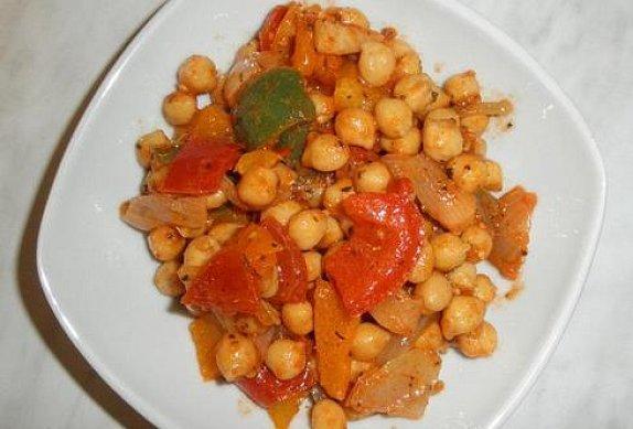Cizrnový salát s restovanou paprikou