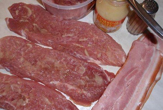 Česnekové závitky se slaninou v omáčce