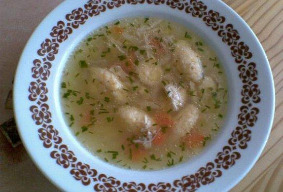 Kuřecí polévka s krupicovými noky