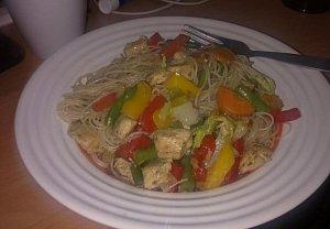 Rýžové nudle se zeleninou a kuřecím masem