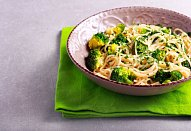 Brokolicové špagety s ořechy
