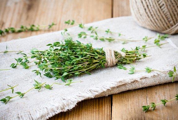 Zapečené klobásky se zelným salátem