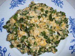 Česnekové výhonky s vejci - smaženice