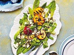 Salát s grilovanými nektarinkami, mozzarellou a křupavou posýpkou