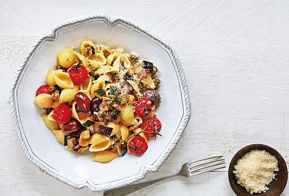 Těstoviny s lilkem, cuketou a rajčaty