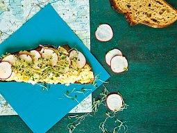 Chléb s vajíčkovou pomazánkou a ředkvičkami