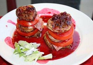 Vepřové medailonky prokládané rajčaty se slaninou