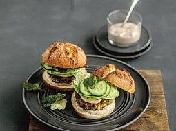 Burger s kukuřičnohráškovým karbanátkem