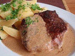 Hovězí steak na pepři s přelivem (omáčkou)
