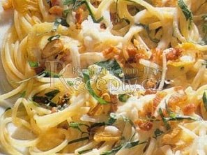 Špagety sypané česnekem