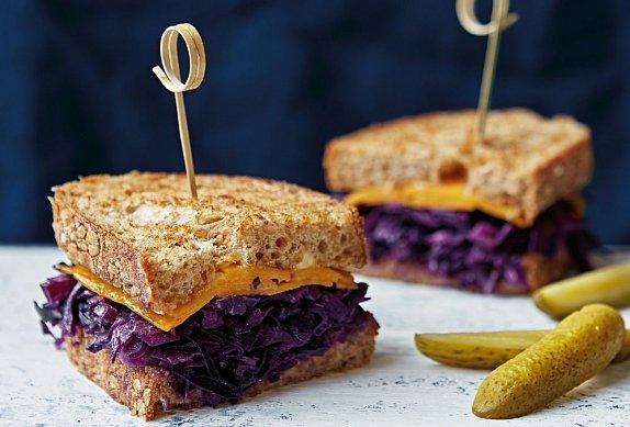 Reuben sendvič s červeným zelím