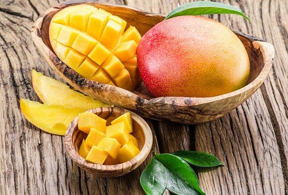 Smoothie bowl s avokádem, mangem a ananasem