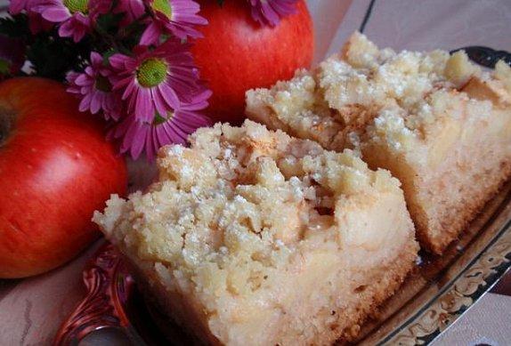 Jablečný koláč bez vajec s ovocem a drobenkou