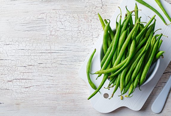 Quinoový salát s hráškem a zelenými fazolkami