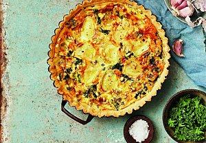 Sýrový quiche s pečeným česnekem a kadeřávkem